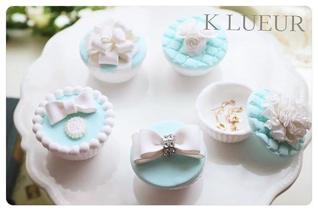 【新商品】カップケーキ型小物入れ・蓋を閉めると可愛いカップケーキになる、カップケーキ型小物入れです。贈り物やプチギフトにもおすすめです。 ・・クレイでお作りしておりますので、全てのパーツでお色変更可能です。5種類のデザインよりお選び頂けます。・・ご注文は、メールまたはwebshopよりお願いいたします。・️K LUEUR Wedding webshophttps://klueur.saleshop.jp・・・1dayレッスン、クレイアーティストコースのお問い合わせは、HPまたはメールよりお願いいたします。 ・【Mail】info@klueur.com【HP】http://klueur.com/・ ・ ・***#リングピロー #ウェディング #結婚式 #結婚祝い #プレゼント #クレイケーキ教室 #ウェディングアイテム #ウェルカムボード #クレイケーキ #clayart #ディプロマ#手作り #マカロンタワー #教室 #ハンドメイド #ディスプレイ #前撮り #日本クレイアート協会 #ringpillow #ティファニーブルー #クレイ#プチギフト #女子力アップ #ベビーシャワー #マカロン#横浜#clay #習い事 #wedding#プレ花嫁