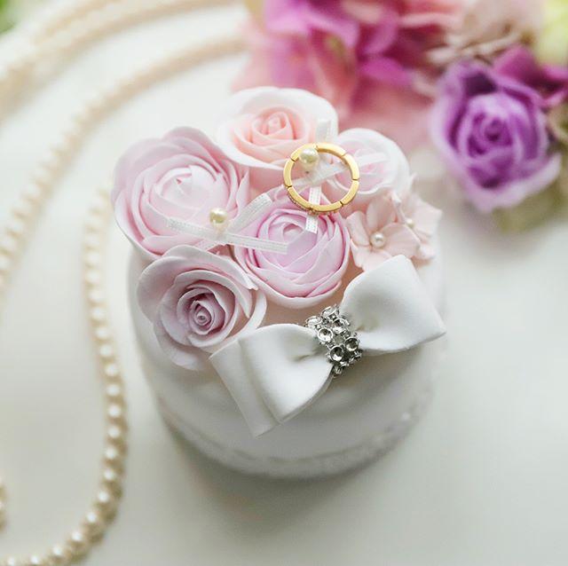 【新作リングピロー】ラナンキュラス とダブルリボンのクレイケーキリングピロー・トップにラナンキュラス とローズ、そしてダブルリボンをあしらい、ふんわり優しく仕上げました。可愛らしく上品な雰囲気で、花嫁様をさらに美しく引き立てます♪ ・ご希望の方にはお名前やイニシャルをお入れいたします。・・ご注文は、メールまたはwebshopよりお願いいたします。・️K LUEUR Wedding webshophttps://klueur.saleshop.jp・・・1dayレッスン、クレイアーティストコースのお問い合わせは、HPまたはメールよりお願いいたします。 ・【Mail】info@klueur.com【HP】http://klueur.com/・ ・ ・***#リングピロー #ウェディング #結婚式 #結婚祝い #プレゼント #クレイケーキ教室 #ウェディングアイテム #ウェルカムボード #クレイケーキ #clayart #ディプロマ#手作り #マカロンタワー #教室 #ハンドメイド #ディスプレイ #前撮り #日本クレイアート協会 #ringpillow #ティファニーブルー #クレイ#プチギフト #女子力アップ #ベビーシャワー #マカロン#横浜#clay #習い事 #wedding#プレ花嫁
