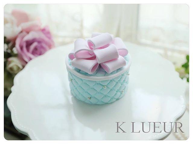 生徒さま作品【クレイアーティストコース】ドレープリボンケーキ・ピンク×ライトブルーの可愛らしい作品になりました。リボンもふっくらしていてとても綺麗ですね!・お疲れさまでした!・1dayレッスン、クレイアーティストコースのお問い合わせは、HPまたはメールよりお願いいたします。 ・【Mail】info@klueur.com【HP】http://klueur.com/・・ご注文は、メールまたはwebshopよりお願いいたします。・️K LUEUR Wedding webshophttps://klueur.saleshop.jp・ ・***#リングピロー #ウェディング #結婚式 #結婚祝い #プレゼント #クレイケーキ教室 #ウェディングアイテム #ウェルカムボード #クレイケーキ #clayart #ディプロマ#手作り #マカロンタワー #教室 #ハンドメイド #ディスプレイ #前撮り #日本クレイアート協会 #ringpillow #ティファニーブルー #クレイ#プチギフト #女子力アップ #ベビーシャワー #マカロン#横浜#clay #習い事 #wedding#プレ花嫁